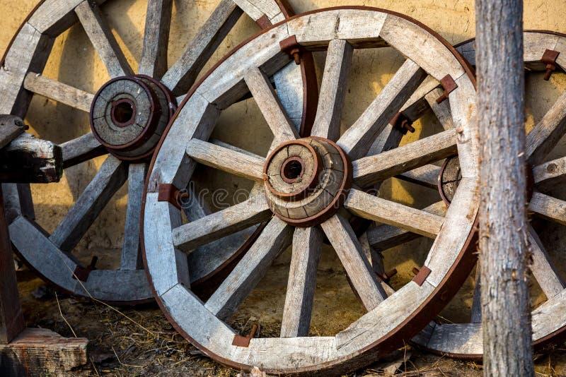 Alte hölzerne Räder stockbild