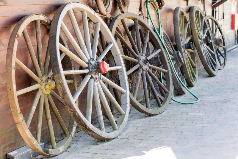 Alte hölzerne Räder für Pferdewarenkorb Freiluftmuseum, wo verschieden stockfotos