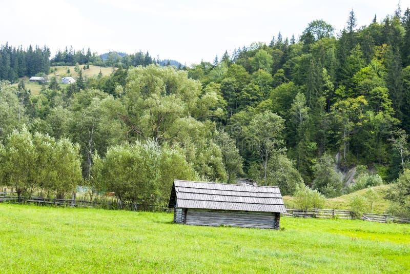 Alte hölzerne Scheune in den Karpaten stockfoto