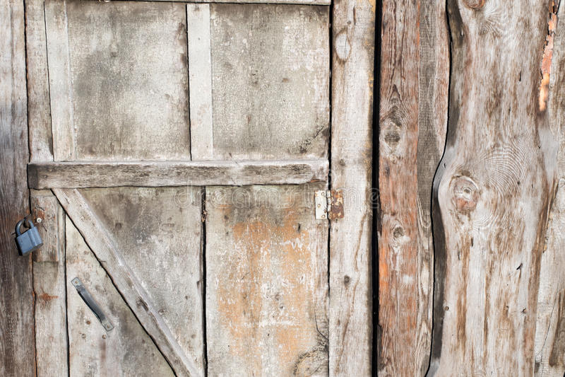 Alte hölzerne Scheunentür mit Verschluss lizenzfreie stockfotos