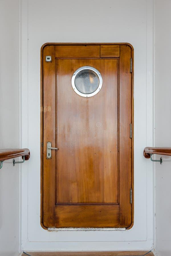 Alte hölzerne schmale Tür auf Weinleseschiff lizenzfreie stockfotografie