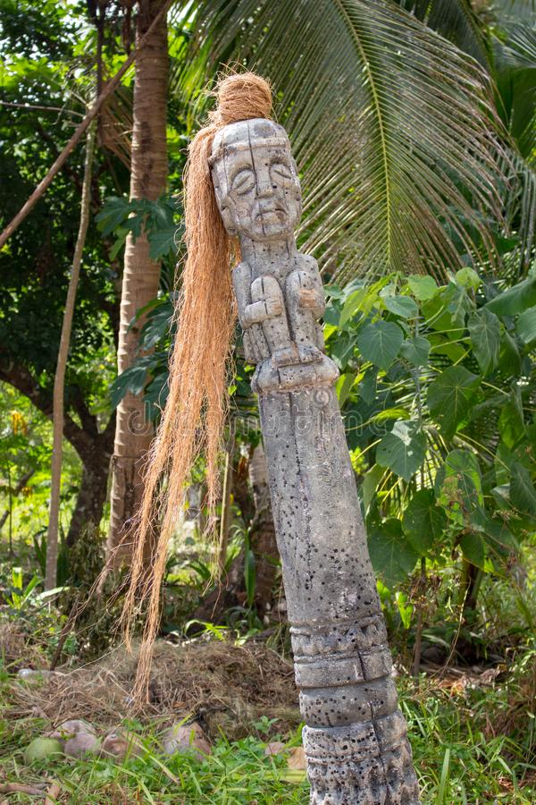 Alte hölzerne Statue im Dschungel Altes religiöses Totem Medizinmannspalte im Tempel, Asien Traditionelles Medizinmannsymbol stockbild