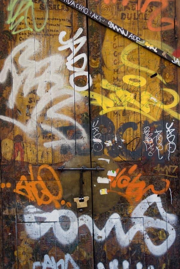 Alte hölzerne Tür abgedeckt in den Graffiti stockbilder