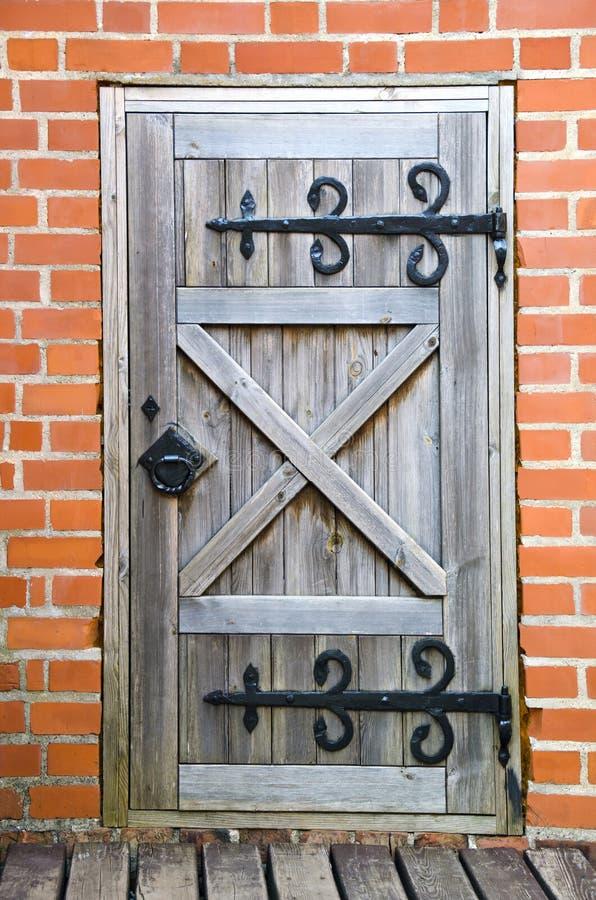 Alte hölzerne Tür im Schloss lizenzfreie stockfotos