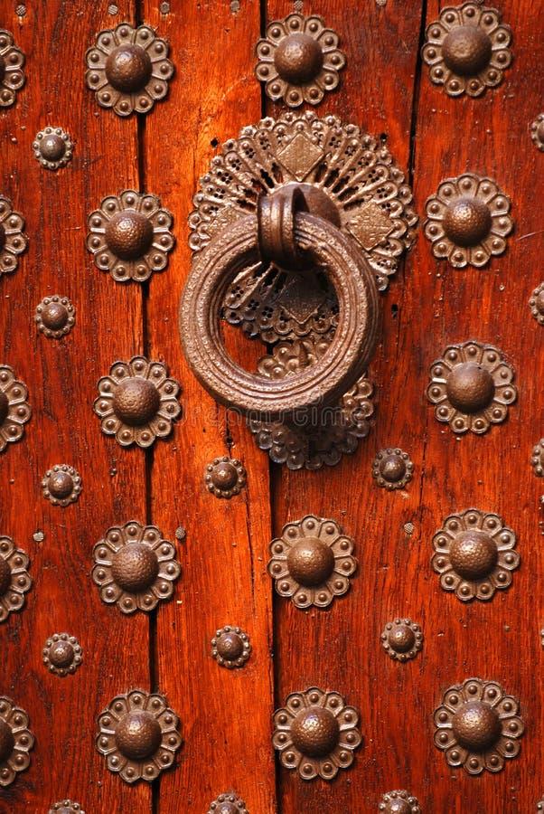 Alte hölzerne Tür und Klopfer stockfotografie