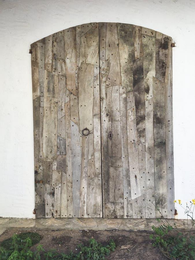 Alte hölzerne Tür vom Mittelmeerarthaus lizenzfreie stockfotografie