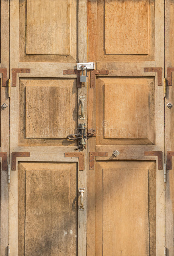 Alte hölzerne Türen und Schlüsselverschluß lizenzfreie stockbilder