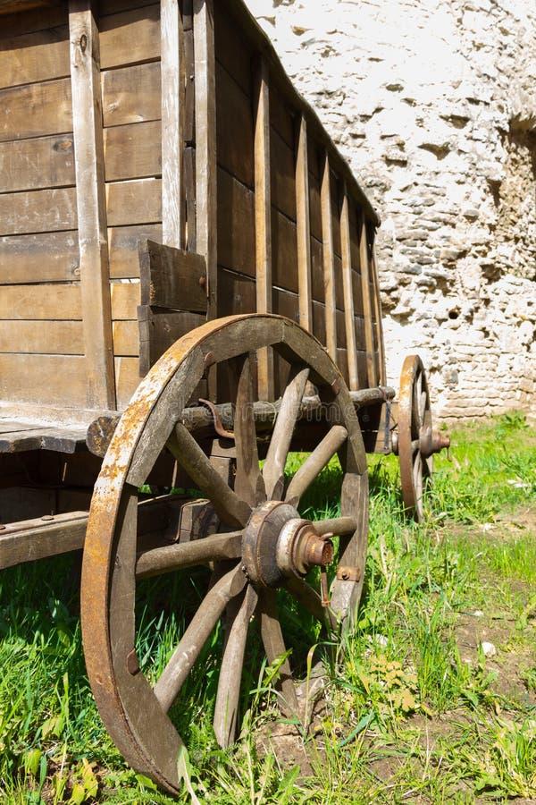 Alte hölzerne Wagenradnahaufnahme stockbilder