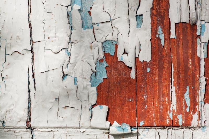 Alte hölzerne Wand ohne Reparatur Verlassenes Haus mit historischen Malereien der blauen Farbe Rostiger Hintergrund lizenzfreie stockfotografie