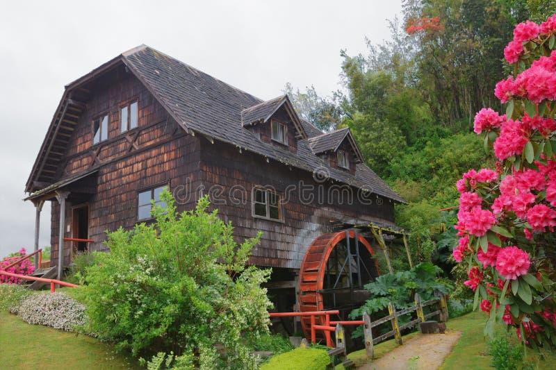 Alte hölzerne Wassermühle in Frutillar-Dorf, deutsches Kolonialmuse lizenzfreie stockfotos