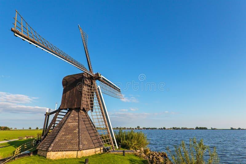 Alte hölzerne Windmühle in der niederländischen Provinz von Friesland lizenzfreies stockbild