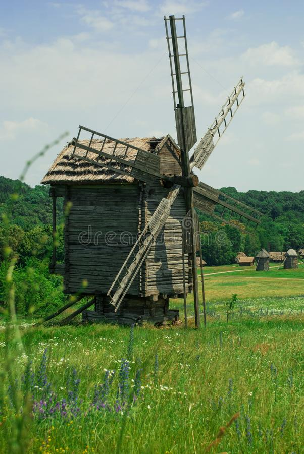 Alte hölzerne Windmühle in einer Wiese stockfoto