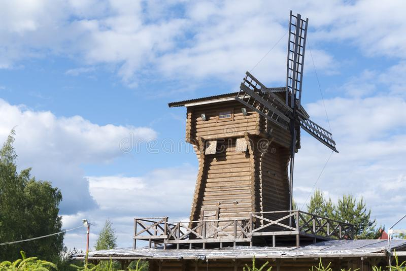 Alte hölzerne Windmühle gegen den Himmel lizenzfreies stockbild