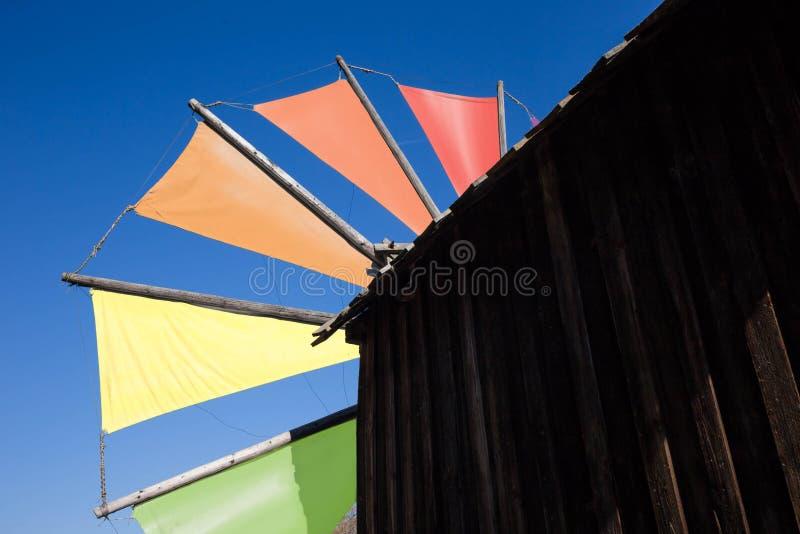 Alte hölzerne Windmühle mit Farbpalettenblättern lizenzfreie stockbilder