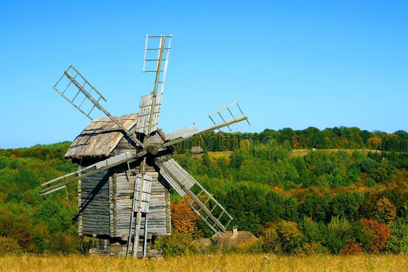 Alte hölzerne Windmühlen an der Herbstsaison lizenzfreie stockfotos