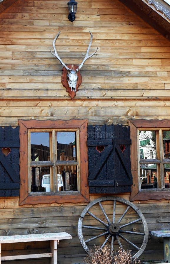 Alte Hütte mit Rotwildschädeltrophäe lizenzfreies stockfoto