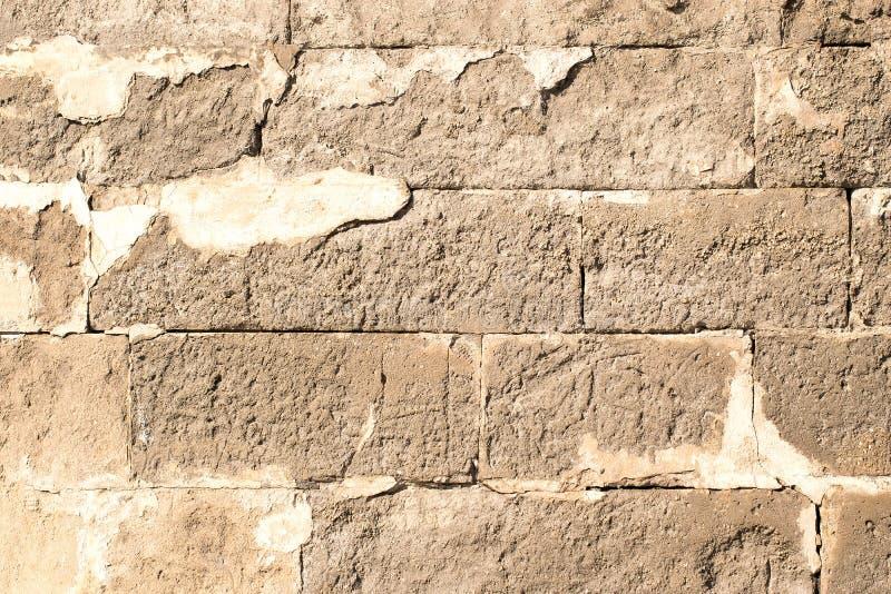 Alte halb-ruinierte Backsteinmauer mit Sprüngen lizenzfreie stockfotos