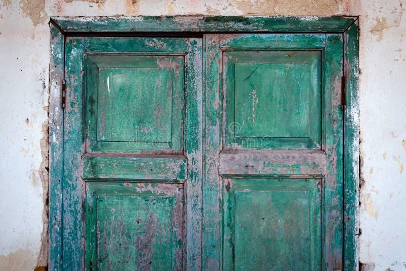 Alte halbe Schmutz-Grün-Holz-Tür stockbild