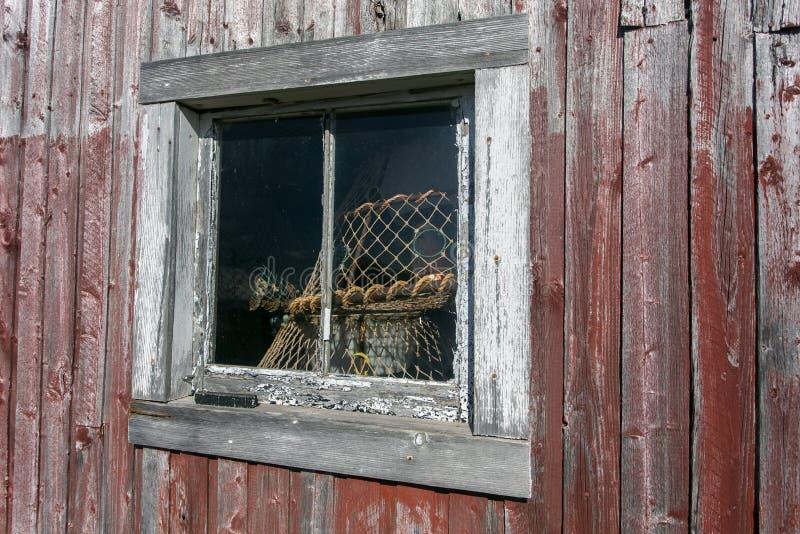 Alte Halle, Angelausrüstung im Fenster lizenzfreies stockbild