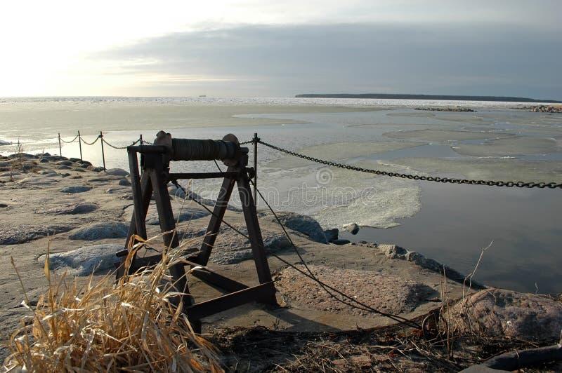 Alte Handkurbeln an der Küste stockbild