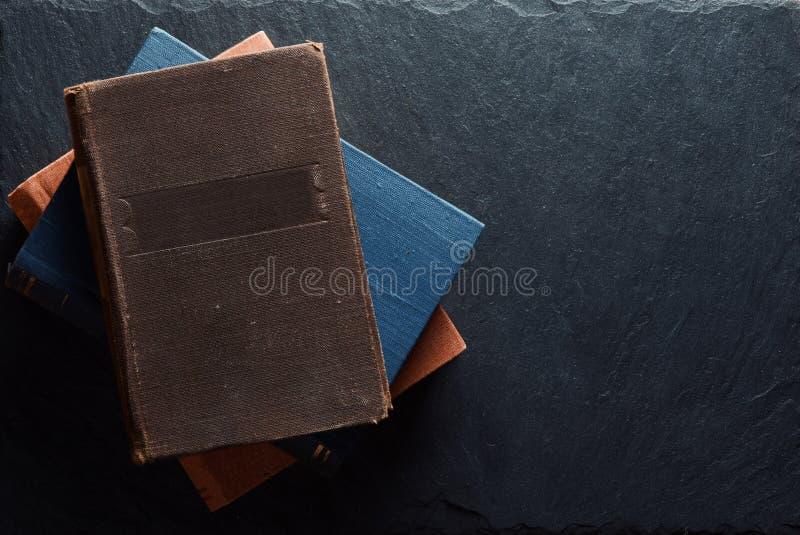 Alte Hardcover-Bücher auf Steinboden lizenzfreie stockfotografie