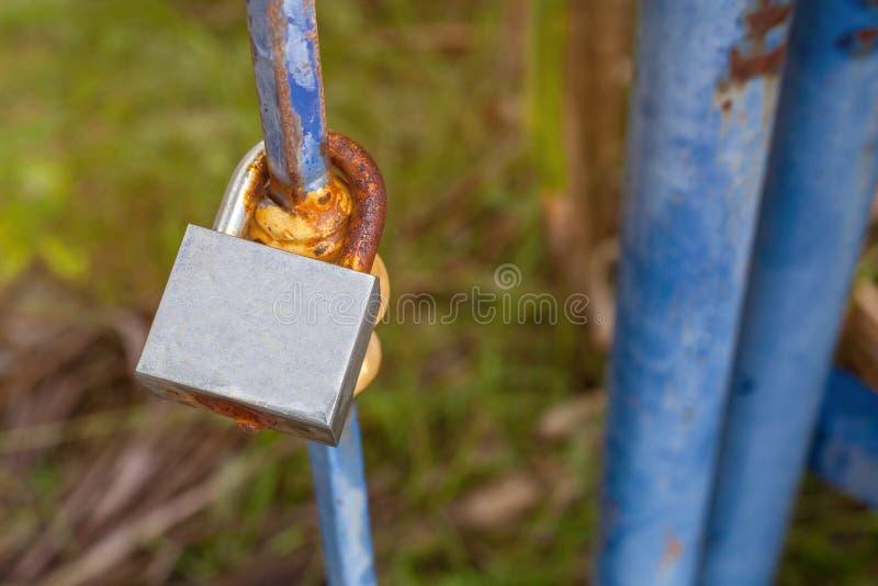 Alte Hauptschlüssel schließen auf den Metallzaun zu stockbild