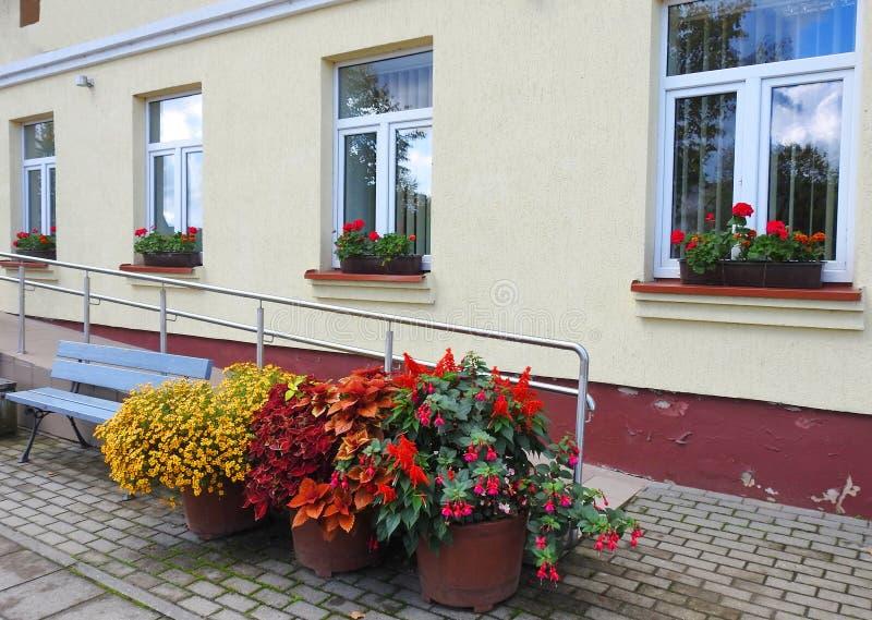 Alte Hauptwand und Fenster, Litauen stockfotografie