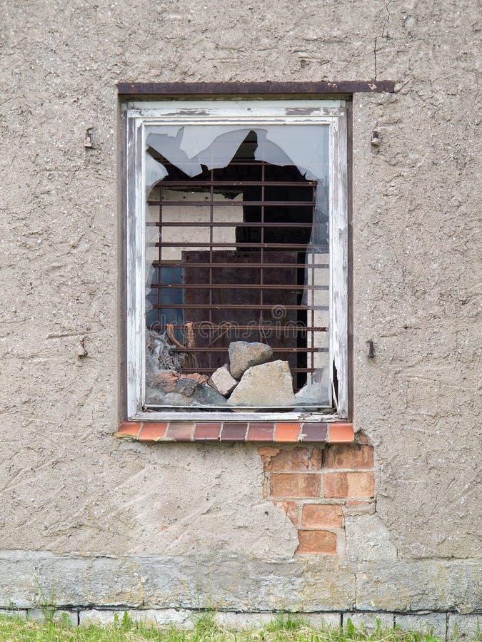 Alte Hausfassade mit Fenster und defektem Glas stockbilder