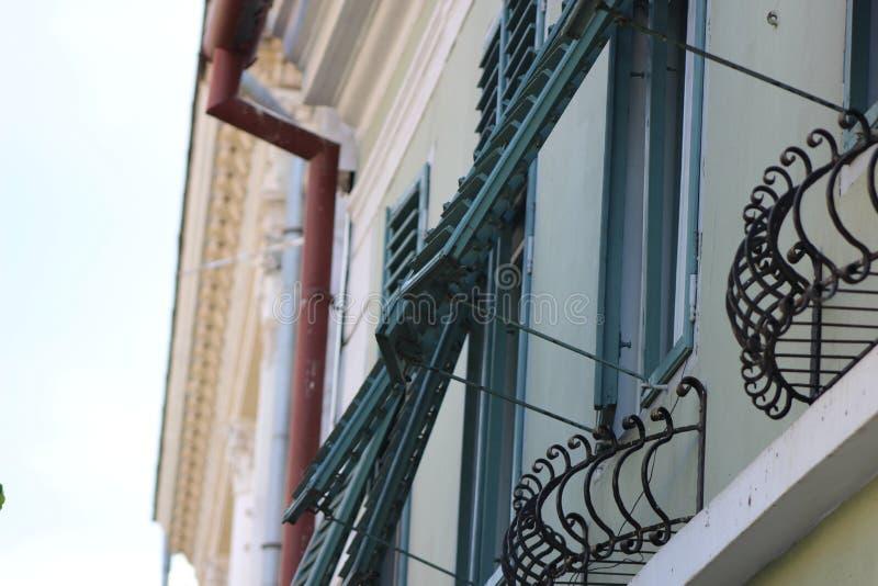 Alte Hausfenster in der Stadt lizenzfreies stockfoto