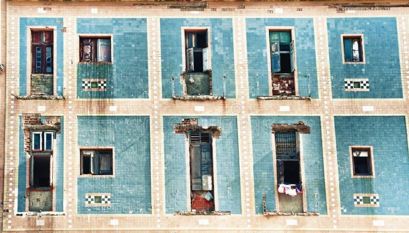 Alte Havana-Gebäudefassade mit schäbigen Balkonen lizenzfreie stockbilder