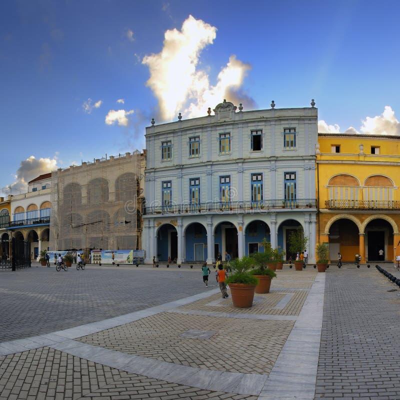 Alte Havana-Piazza mit bunten Gebäuden stockfotografie