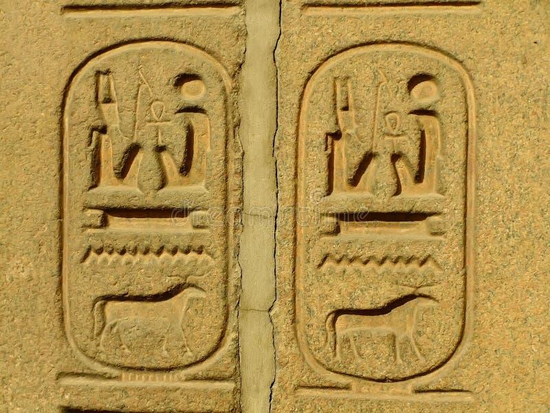 Alte Hieroglyphen auf ägyptischem Museum der Anzeigenaußenseite, Kairo stockfotos