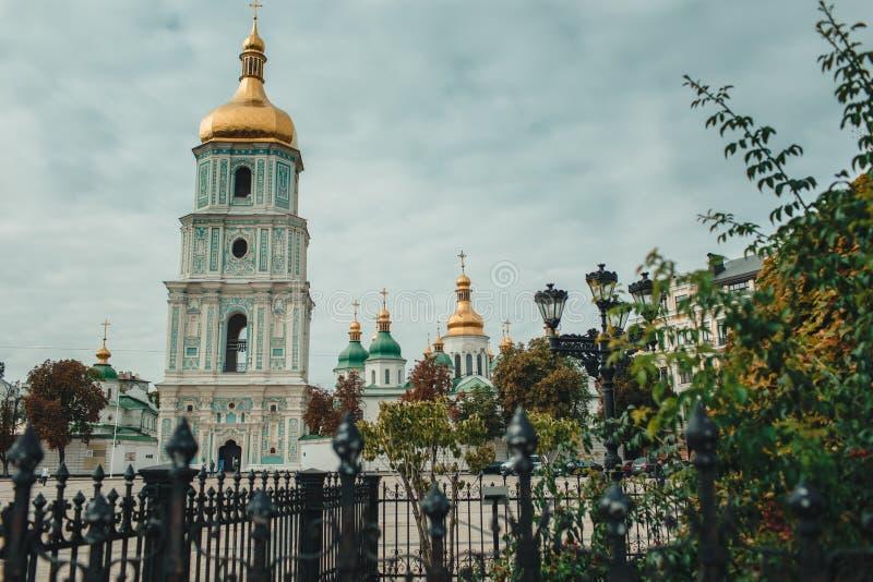 Alte historische Kirche mit goldenen Hauben in Kiew, Ukraine Reise stockfoto