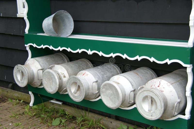 Alte holländische Milch-Dosen lizenzfreies stockfoto