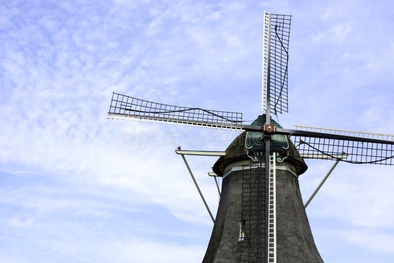 Alte holländische Windmühle aus dem Jahr 1776 mit blauem Wolkenhimmel, Zwolle, Niederlande stockfotografie
