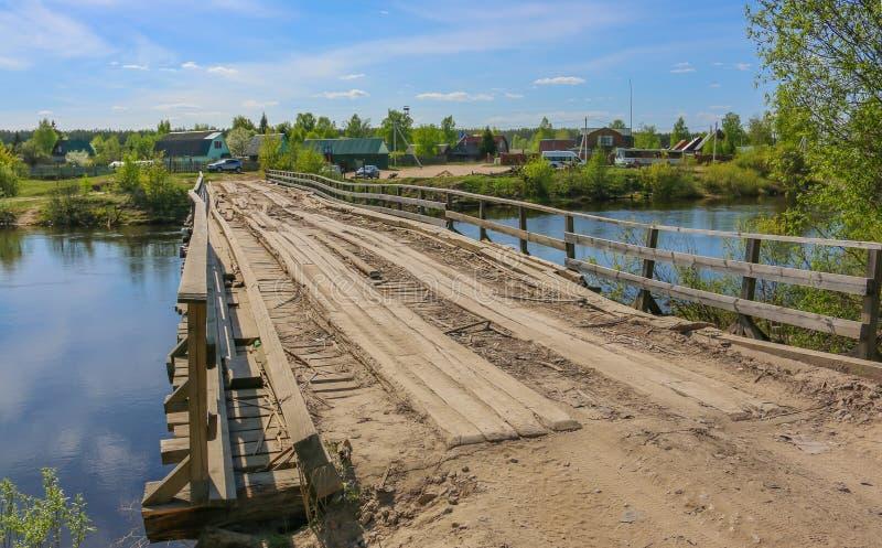 alte Holzbrücke auf einem sonnigen Morgen lizenzfreie stockfotos