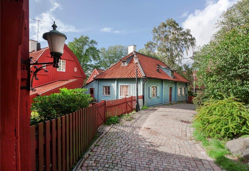 Alte Holzhäuser auf schmaler historischer Straße in der skandinavischen Stadt Bunte Landschaft von Gothenburg, Schweden stockfotografie
