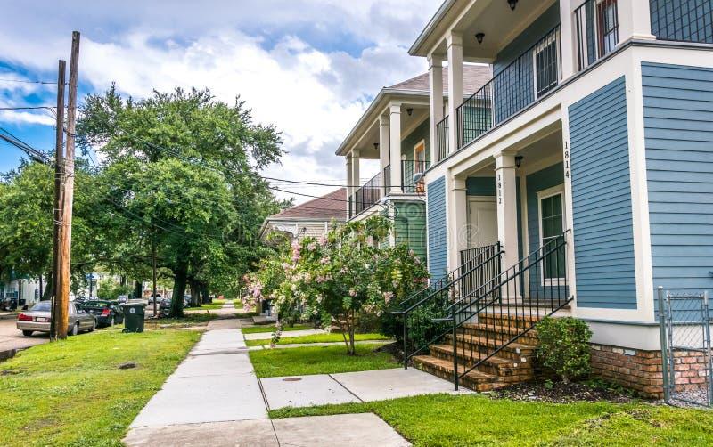 Alte Holzhäuser in der Kolonialart Straßen von New Orleans nach einem warmen Sommer regnen stockfoto