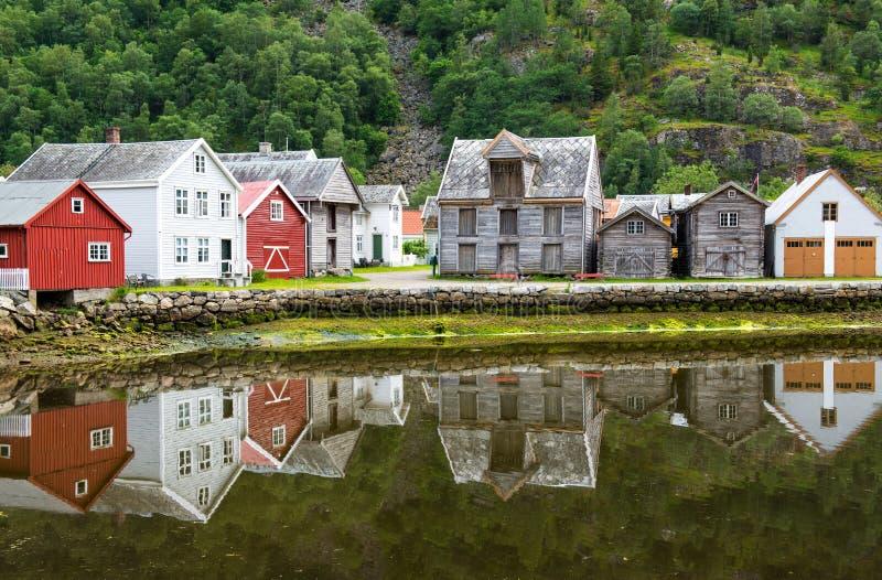 alte holzh user mit reflexion in dem teich fu des berges in laerdal norwegen stockfoto bild. Black Bedroom Furniture Sets. Home Design Ideas