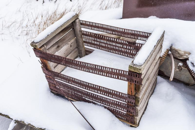 alte Holzkiste mit rostigen Eisenseiten lizenzfreies stockbild