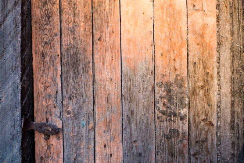 Alte Holztür am Abend lizenzfreie stockfotografie