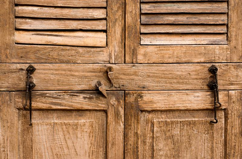 Alte Holztür, Beschaffenheitshintergrund, altes Braun stockfoto