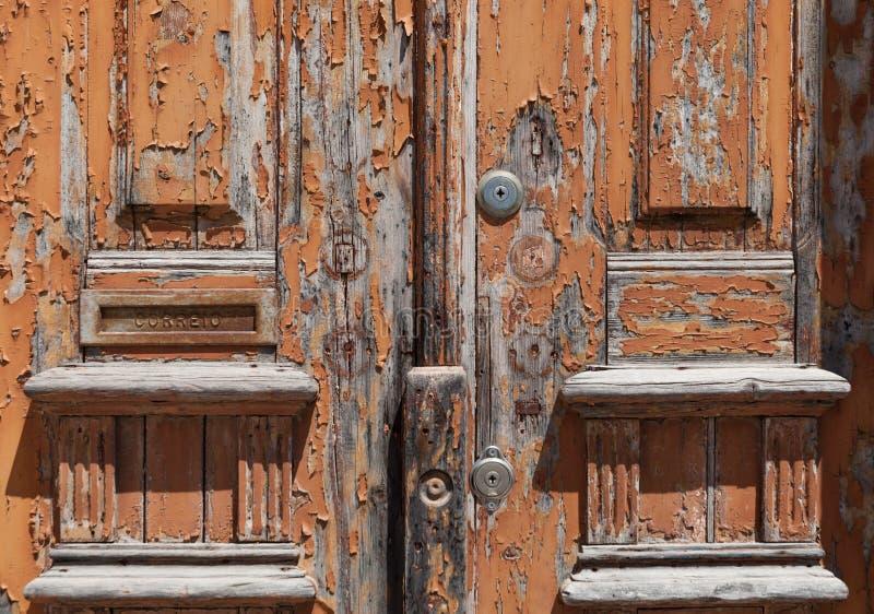 Alte Holztür gemalt im Braun und mit vieler Beschaffenheit stockbild