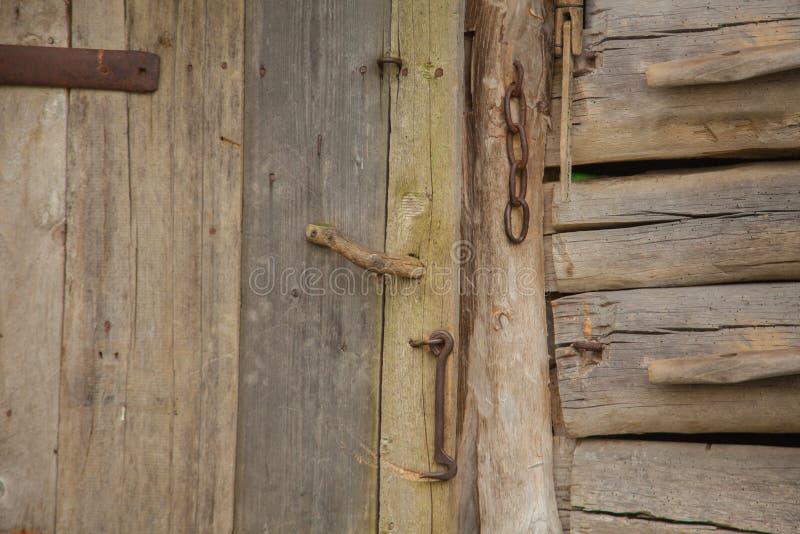 Alte Holztür mit einem Verschluss stockfoto