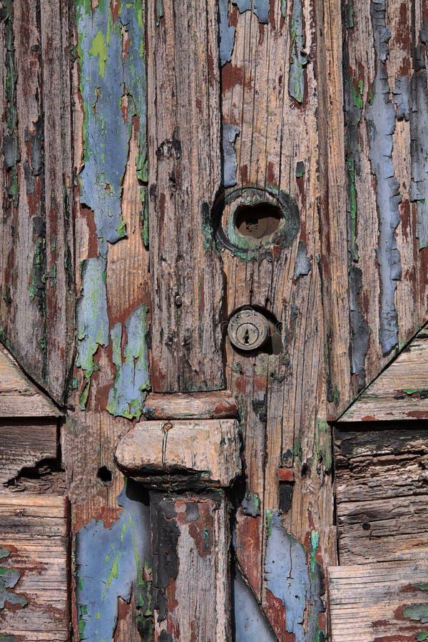 alte Holztür mit gebrochener und Schalenfarbe lizenzfreie stockfotos