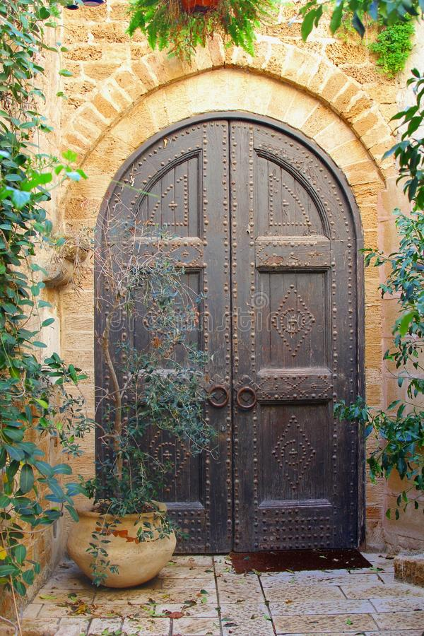 Alte Holztüren asphaltieren Nägel, altes Jaffa, Tel Aviv lizenzfreies stockbild
