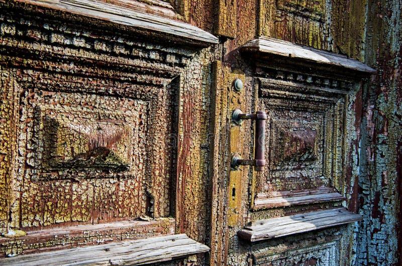 Alte Holztüren mit einer gebrochenen Farbe lizenzfreie stockfotografie