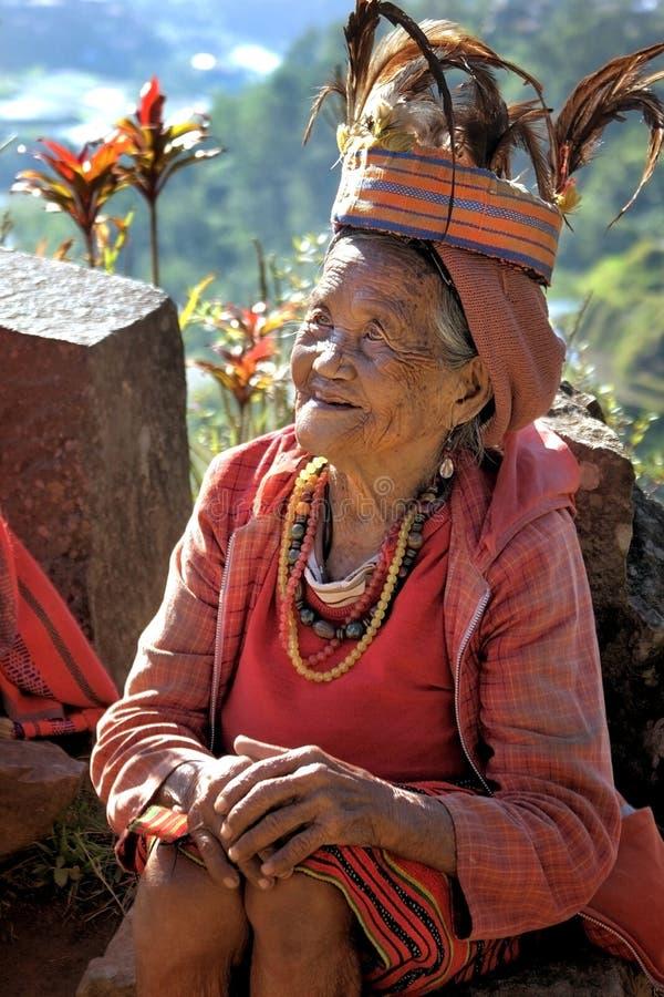 Alte Ifugao-Frau in der traditionellen Kleidung stockfoto