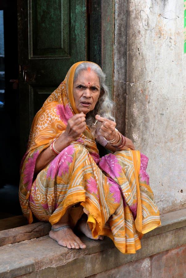 Alte indische Dame in Varanasi stockbilder