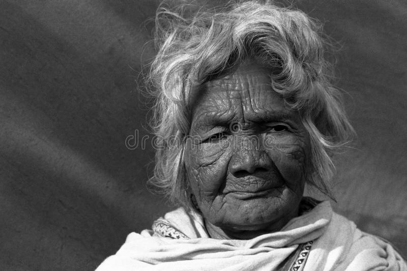 Alte indische Stammes- Frau stockfotos